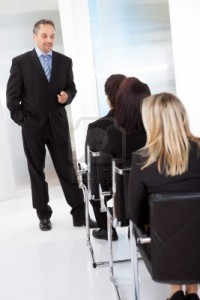 14313980-grupo-de-hombres-de-negocios-exitosos-en-la-conferencia